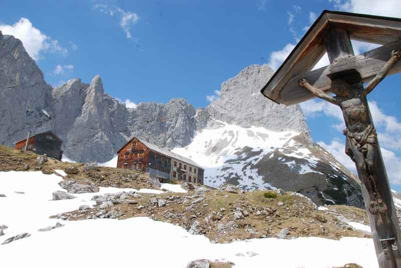 Die Lamsenjochhütte Öffnungszeiten sollte man beachten - im Mai liegt hier oben im Karwendel noch Schnee