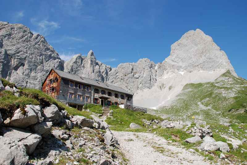 Auf die Lamsenjochhütte mountainbiken im Karwendel, was für eine beeindruckende Lage unterhalb der Lamsenspitze