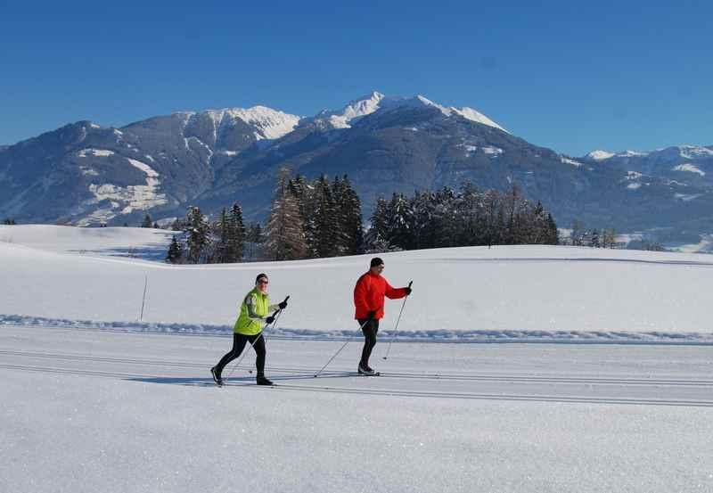 Langlaufen im Karwendel Winter - aussichtsreiche Loipe mit Blick auf das Kellerjoch