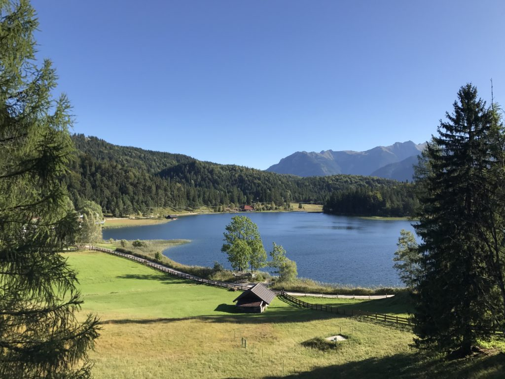 Der Lautersee in Mittenwald, ein Landschaftsidyll in den Alpen