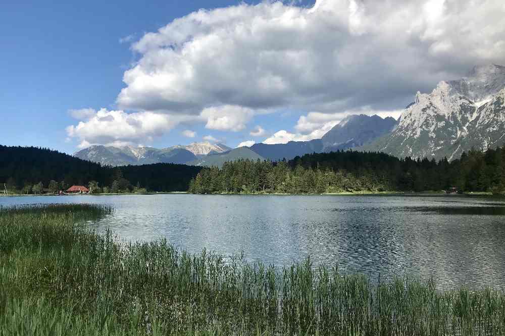 Das Panorama am Lautersee mit dem Karwendelgebirge