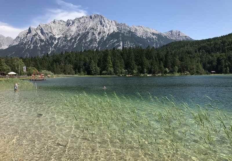 Vom Hotel in Mittenwald ist man zu Fuß in rund 30 Minuten beim schönen Lautersee