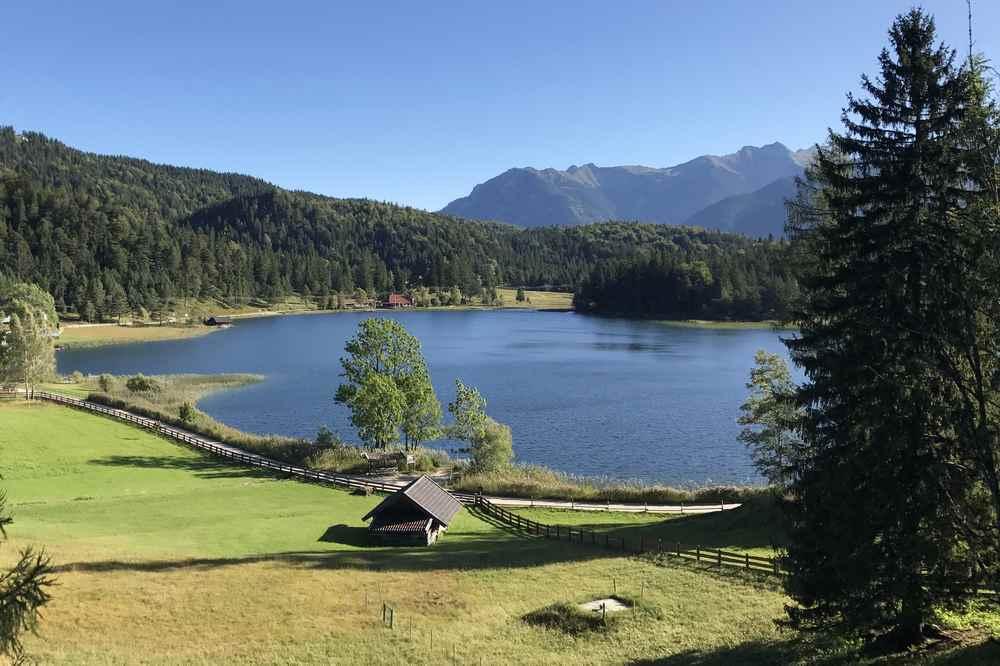 Am Kranzberg wandern zu den idyllischen Seen