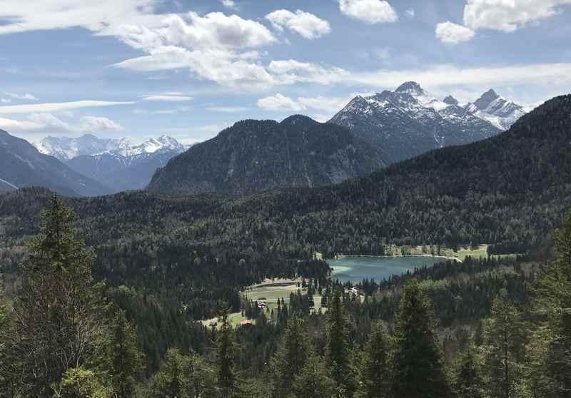 Der Ausblick bei der Kranzberg Wanderung hinunter zum Lautersee, dahinter das Wettersteingebirge