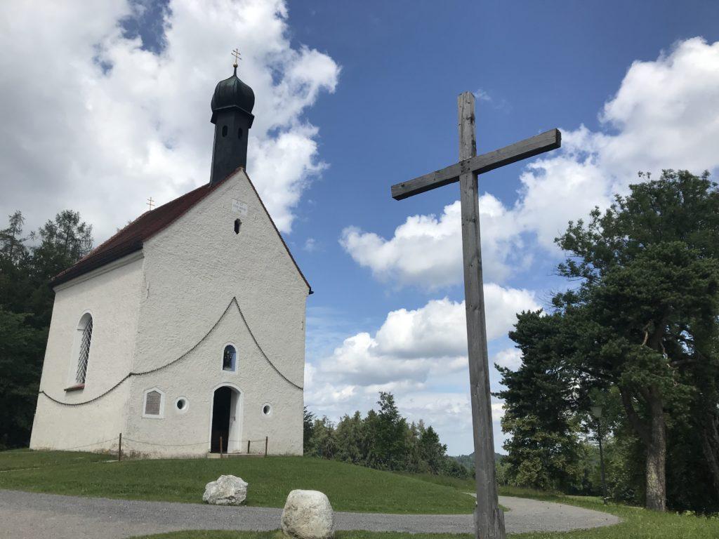 Leonhardi Bad Tölz - beim Leonhardiritt geht es am Kalvarienberg zweimal um diese Kapelle herum