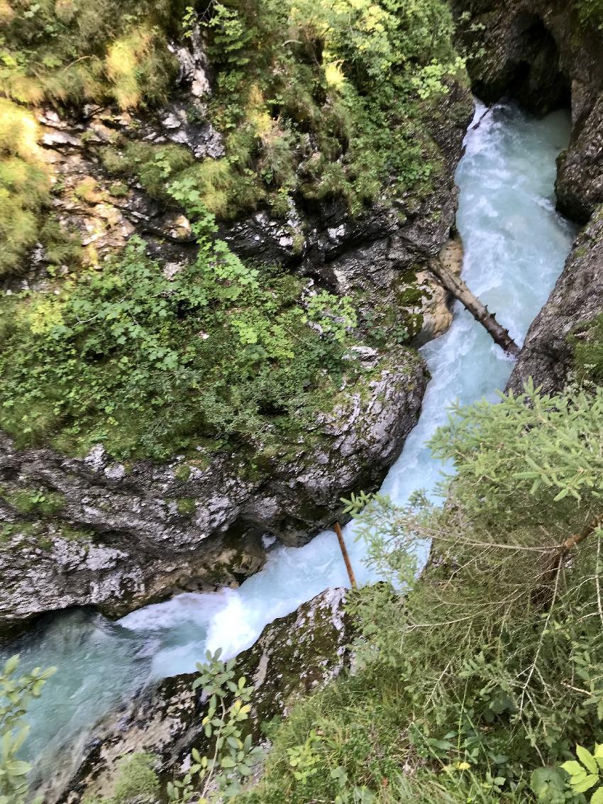 Tief unten in der Klamm fließt die Leutascher Ache den Berg hinunter