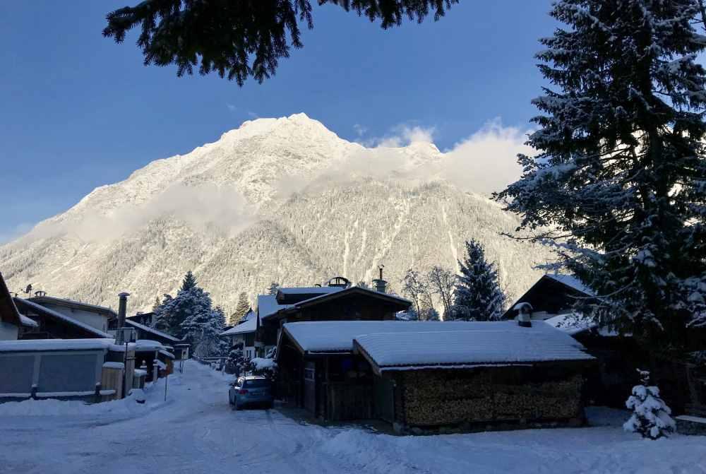 Am Ortsrand von Leutasch beginnt das Winterwandern auf den Berg zur Aussichtsplattform Kurblhang
