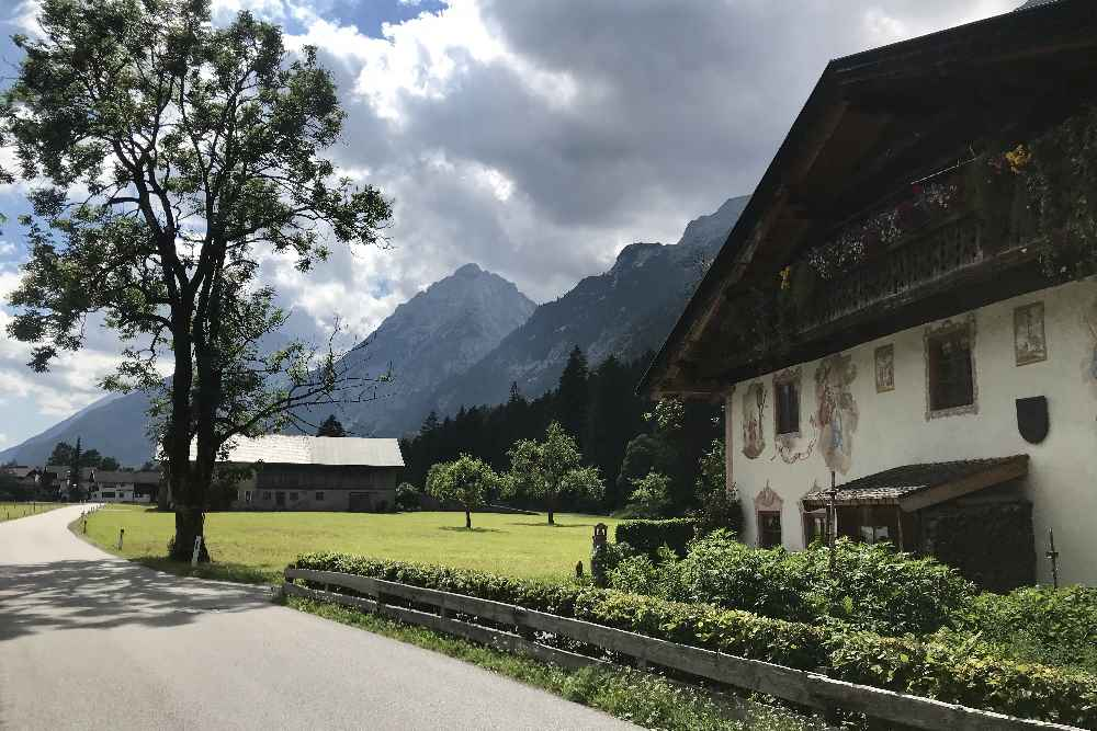 Abwechslungsreiche Leutasch mit Bergen, Bauernhöfen, Kapellen und Wiesen
