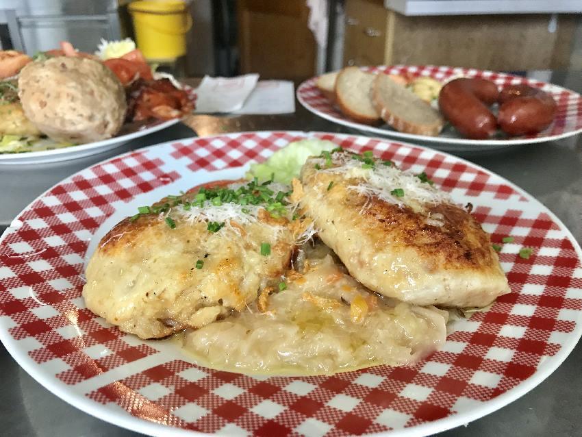 Gute Tiroler Küche auf der Wettersteinhütte - probier die hausgemachten Knödel!