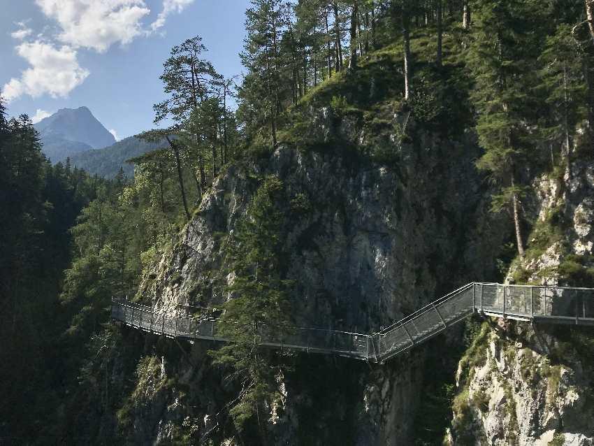 Das ist die Leutaschklamm: Du wanderst auf diesem gesicherten Steig durch die Klamm in den Alpen