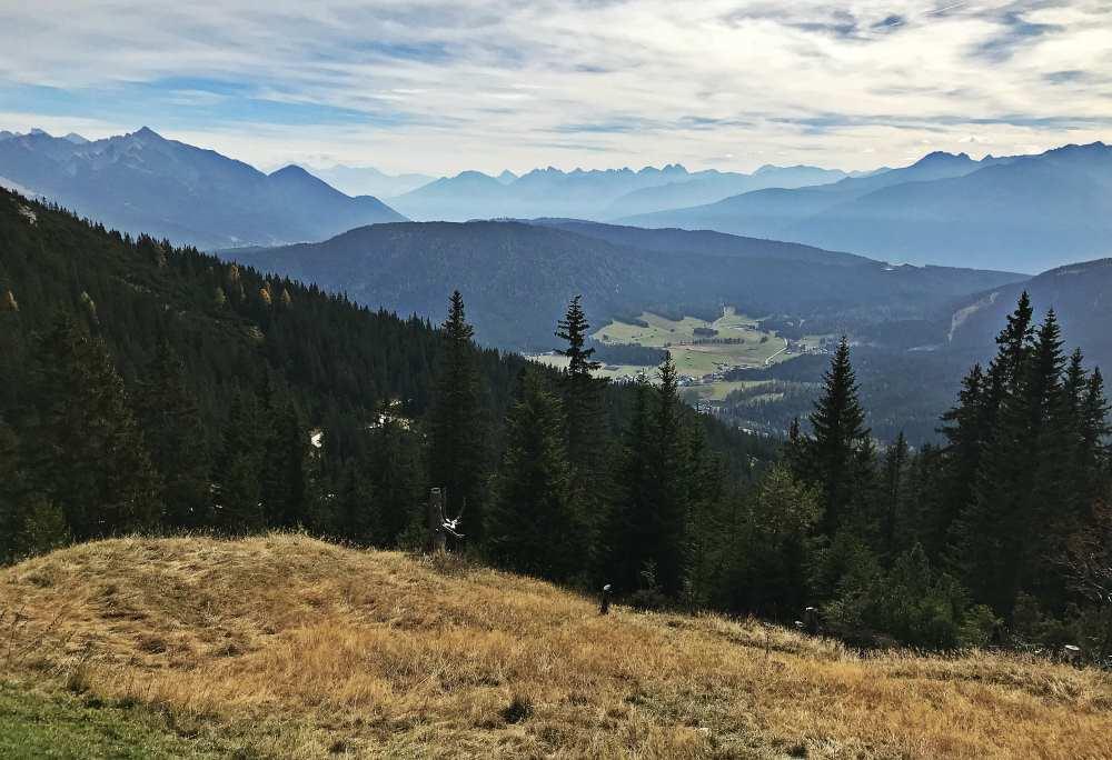 Von Leutasch wandern mit Kindern auf die Wettersteinhütte und den Ausblick über Leutasch geniessen