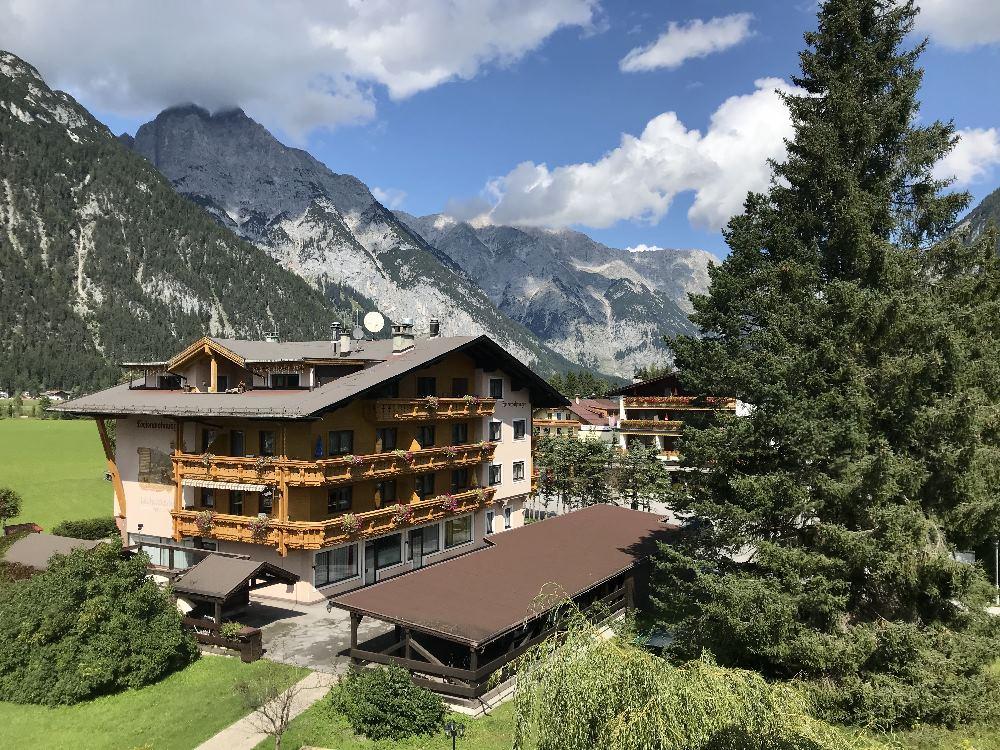 Ausblick vom Leutascherhof auf die Leutasch und das Wettersteingebirge