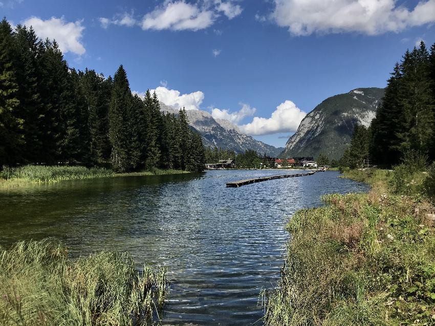 Wenige Gehminuten vom Leutascherhof entfernt: Der Weidachsee - du kannst um ihn herum spazieren