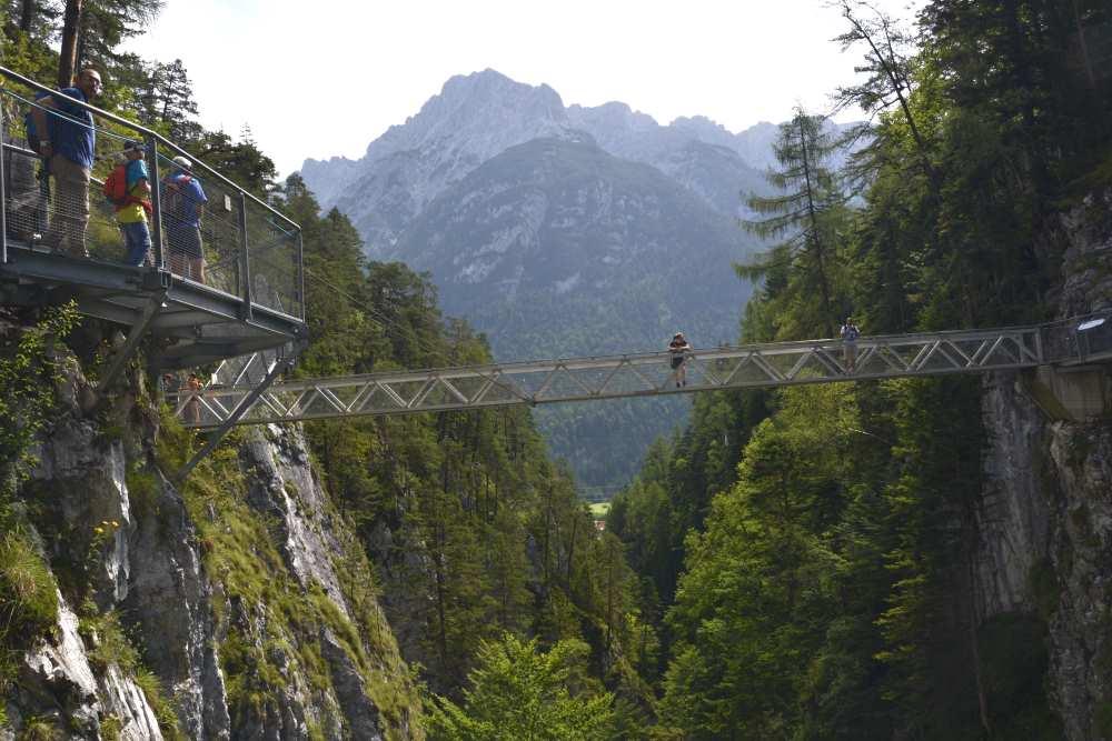 Die Stahlkonstruktion mit Brücken in luftiger Höhe - Leutaschklamm Mittenwald