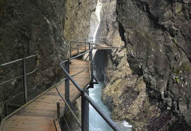 Die Schlucht wird immer schmäler, an der engsten Stelle nur ca. 2 Meter. Hinten der 22 Meter hohe Wasserfall