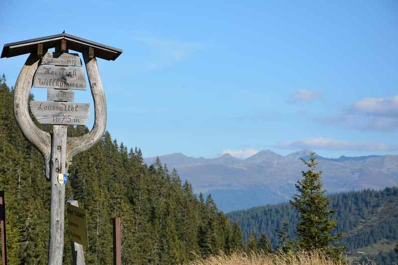 Der höchste Punkt am Loassattel, hinten die Zillertaler Alpen