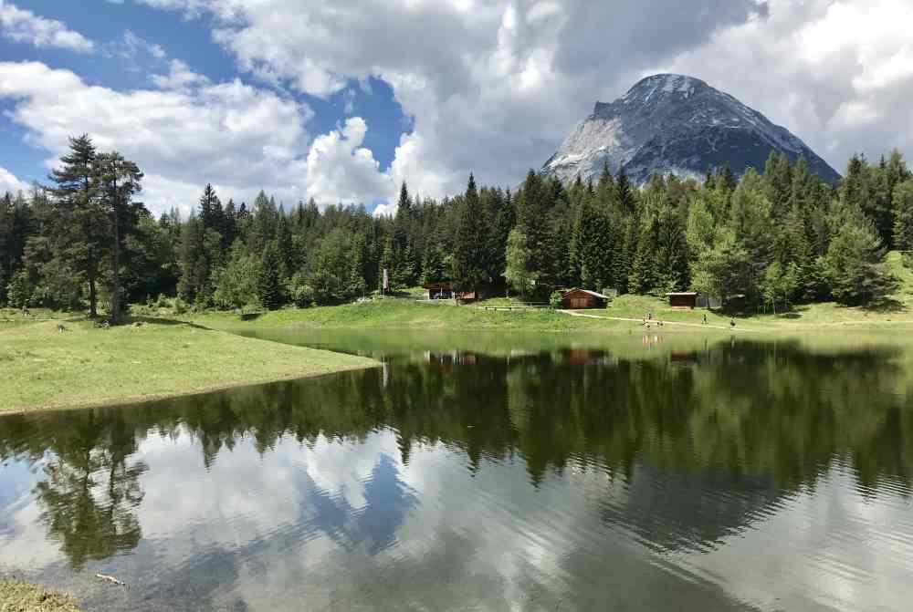 So idyllisch schaut es am Lottensee mit der Lottenseehütte aus, wenn im See Wasser ist