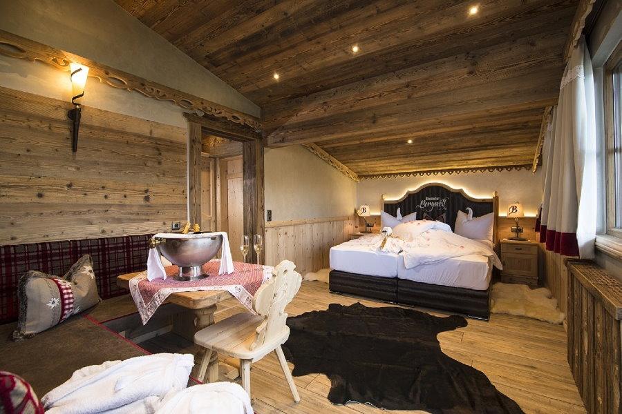 Luxus Chalet Österreich: Eines der gemütlichen Schlafzimmer mit echtem Holz