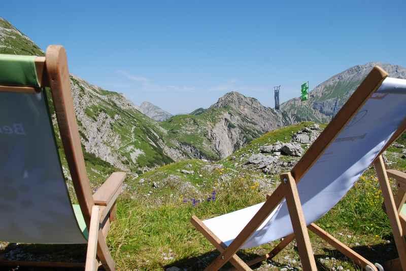 Ausrasten und den Ausblick geniessen bei der Lamsenjochhütte auf das Karwendelgebirge