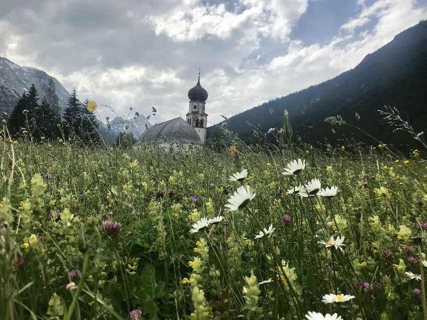 MTB Leutasch - die Kirche in Kirchplatzl mit der Blumenwiese ist mein Ausgangspunkt der MTB Tour bei Seefeld