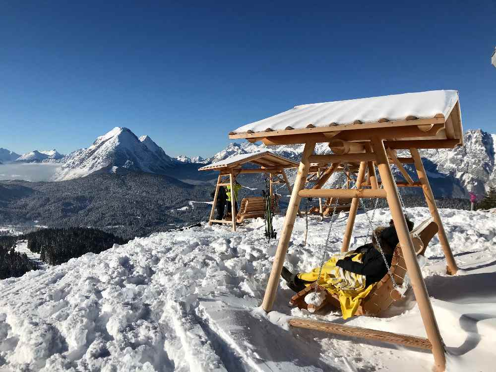 Sonne, Schnee und eine tolle Aussicht - wunderbar im Märzurlaub im Karwendel im Skigebiet Rosshütte!