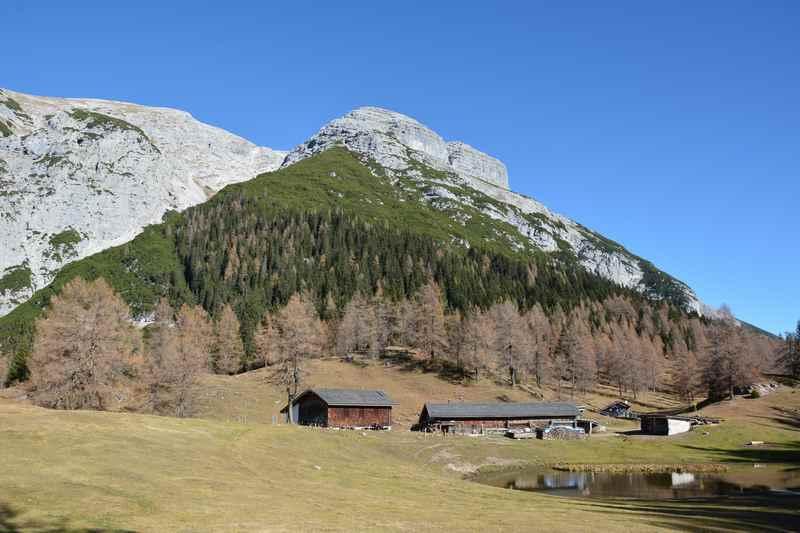 Die Magdeburger Hütte mit dem markanten Solstein im Karwendel, Tirol