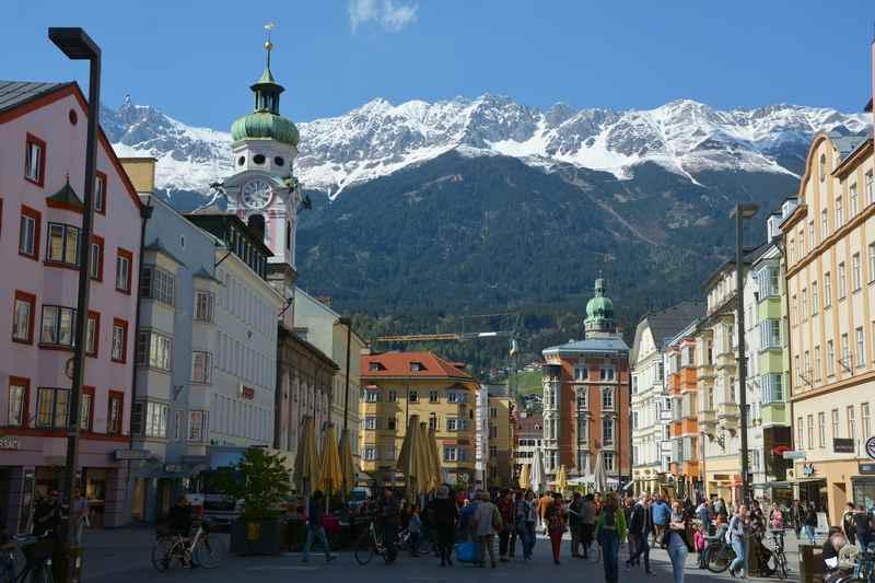Das ist der Blick von der Annasäule durch die schöne Maria-Theresien-Strasse in Innsbruck mit dem schneebedeckten Karwendel