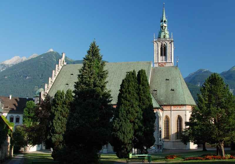 Die Maria Himmelfahrt Kirche in Schwaz mit dem Karwendel