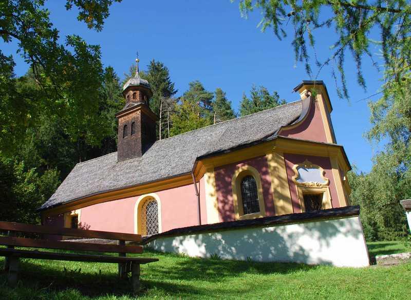Die schöne Maria Larch Kapelle in Terfens, dahinter beginnt eine Wanderung im Karwendel