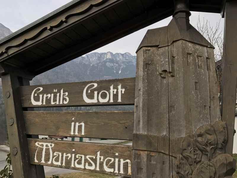 Am Ortseingang der gleichnamigen Gemeinde Mariastein werden Besucher mit dieser Holzskulptur begrüßt