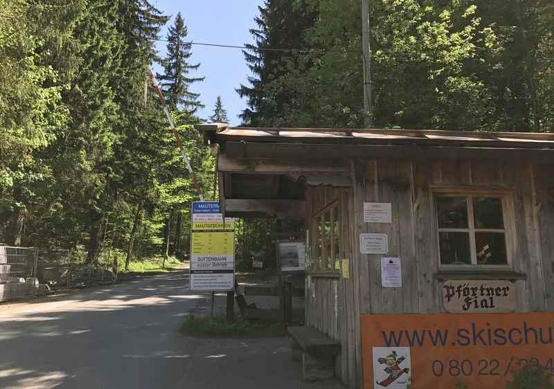 Der Beginn der Mautstrasse Enterrottach Sutten Valepp, hier ist die Mautkasse