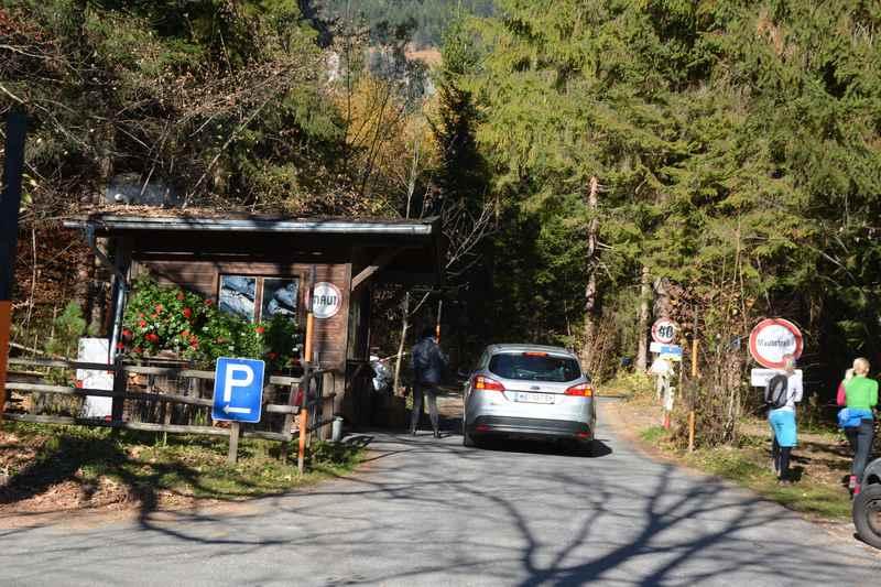 Der Anfang der Mautstraße von Gnadenwald zur Hinterhornalm im Karwendel