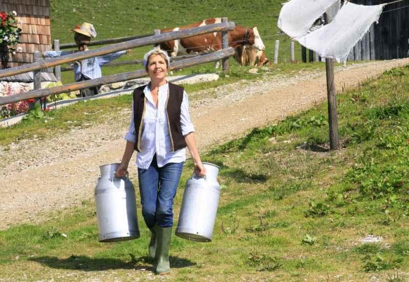 Michaela May als Sennerin im Karwendel - so machen es auch die echten Senner der Rotwandalm, Foto: Filmproduktion