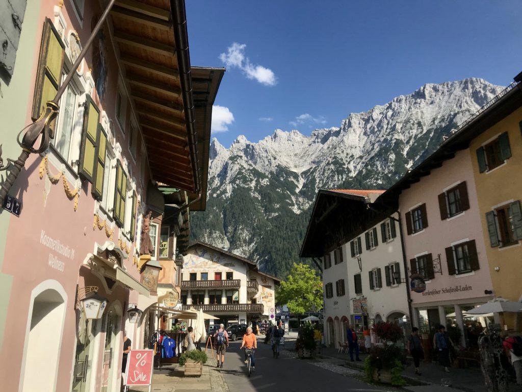 Mittenwald Altstadt - eine der Sehenswürdigkeiten in Bayern, wenn du in der Gegend deinen Karwendel Urlaub verbringst