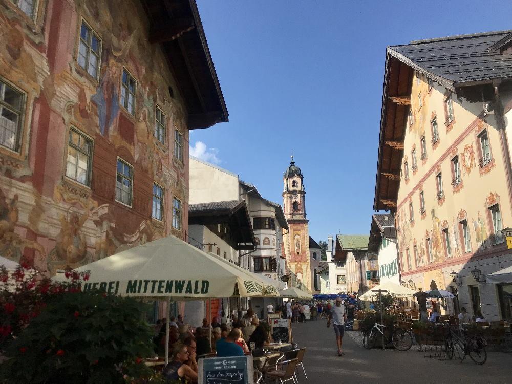 In einem Mittenwald Hotel übernachten und die romantische Altstadt erkunden