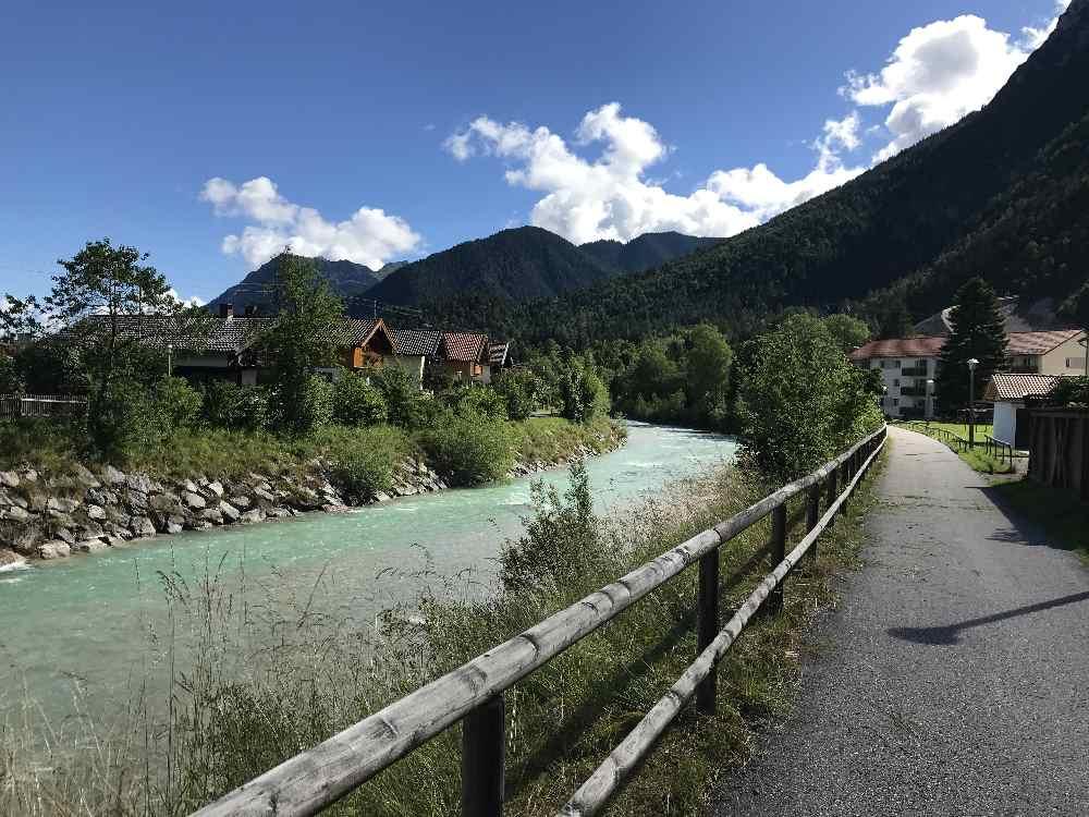 Die Isar in Mittenwald mit dem Isarradweg