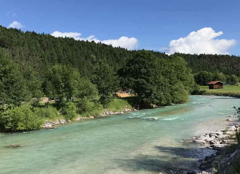 So schön türkis und sauber fließt die Isar von Mittenwald nach Krün in den Isarstausee