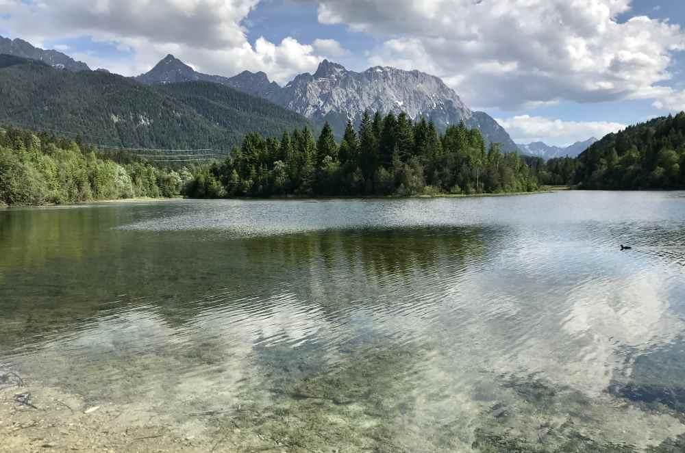 Die Isar und der See: Hinter Mittenwald ist der Isarstausee - mit Blick auf das Karwendelgebirge