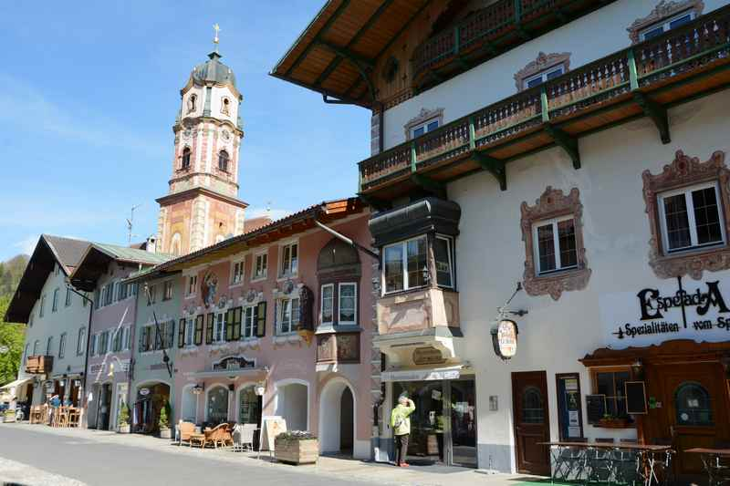 Die schmucken Häuser im Ort Mittenwald rund um die Kirche