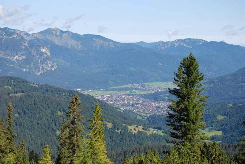 Nach der steilen Steigung gibt es den Ausblick in Richtung Garmisch Partenkirchen auf der MTB Schachentour im Wettersteingebirge