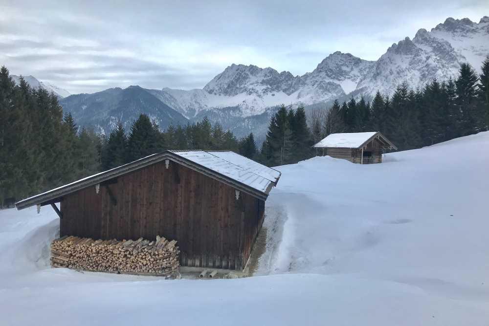 Vorbei an den schönen Holzhütten - mit Blick auf das Karwendel - führt die Pistenskitour hinauf