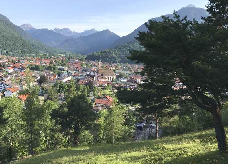 Der Blick über die Stadt Mittenwald mit Karwendel und Wettersteingebirge