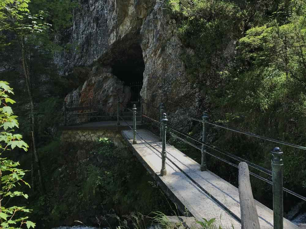Diese Brücke führt dich zur Grotte im Laintal