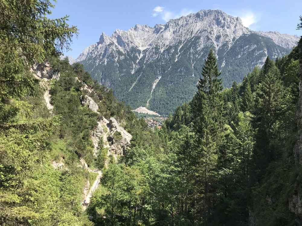 Mittenwald wandern - durch das Laintal, mit Blick auf das Karwendel