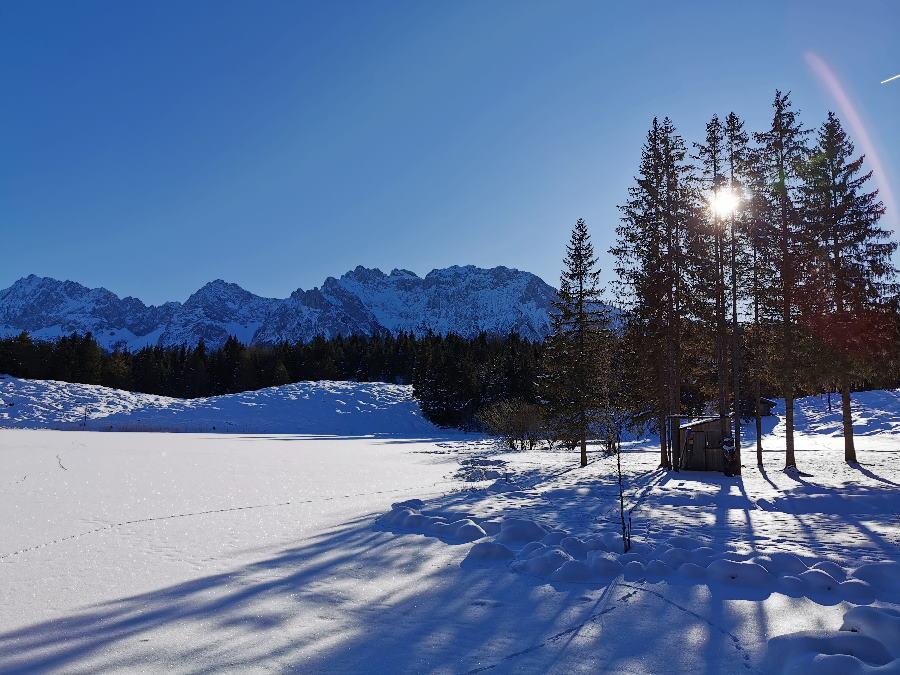 Mittenwald Winter: Der idyllische Wildensee bei der Wildenseehütte