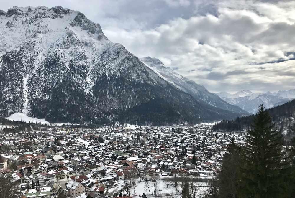 Imposant: Das winterliche Karwendel über dem Ort Mittenwald
