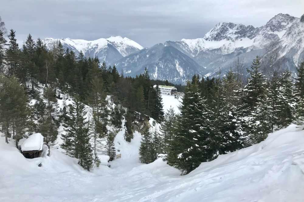 Kranzberg winterwandern: Hier der Blick zurück auf St. Anton, hinten das Karwendelgebirge