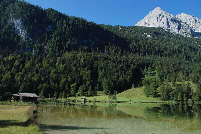 Von Mittenwald ins Wettersteingebirge zum Ferchensee wandern, eine wunderschöne Seewanderung führt auch rund um diesen Bergsee