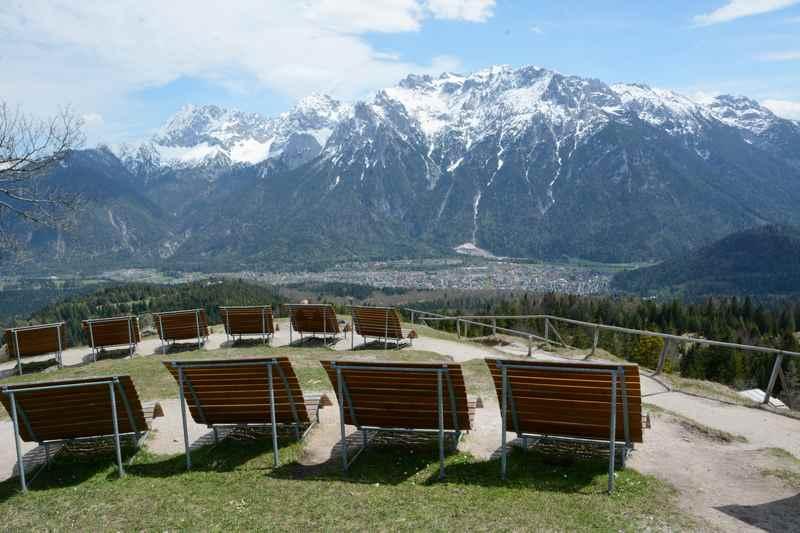 So läßt es sich am Kranzberg sonnen, mit Blick auf Mittenwald und Karwendelspitze