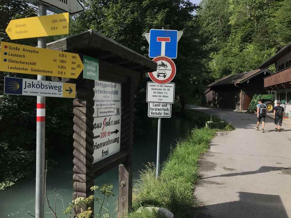 Hier an der Brücke über die Isar beginnt die Wanderung in Mittenwald zur Leutaschklamm